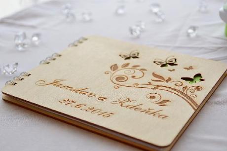 Originální dřevěná kniha hostů s gravurou na přání,