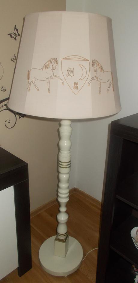Stojanova vyrezavana lampa s tienidlom,