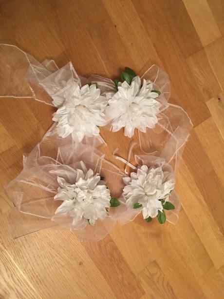 4 biele kvety so stuhou ,
