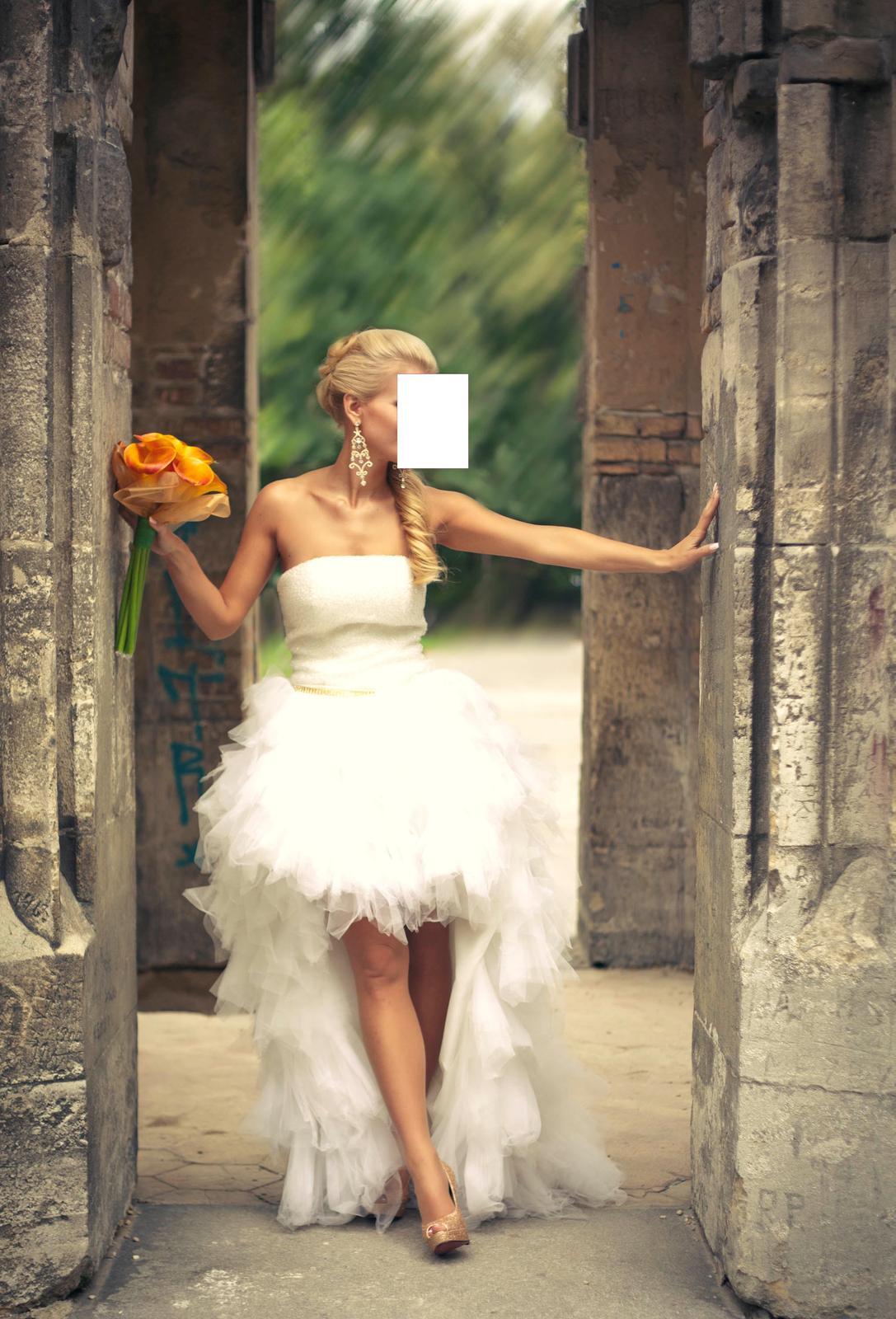 3623d3ae59b2 Krátke extravagantné svadobné šaty