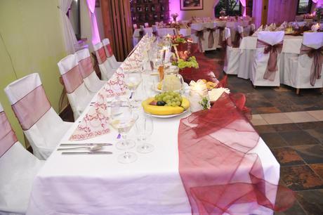 vínovo červené mašle na stoličky,