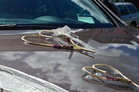 Lila ozdoba na auto nevěsta,