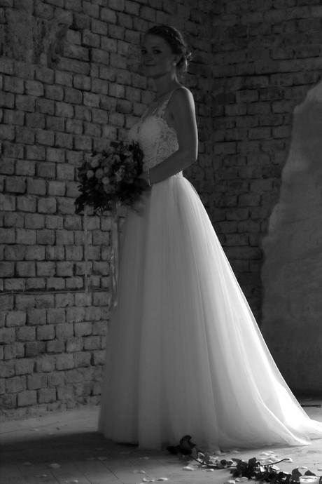 Svatební šaty s tylovou sukní a krajkovým topem, 38