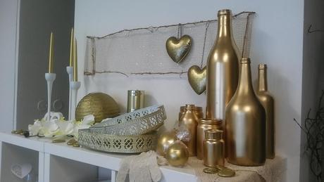 Sada zlatých, stříbrných, bronzových lahví,