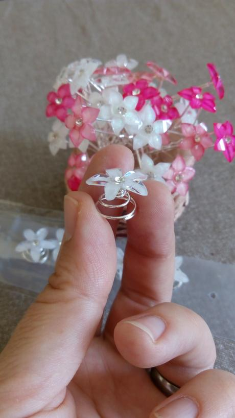 bílé květy sponky do vlasů - vlásenky,