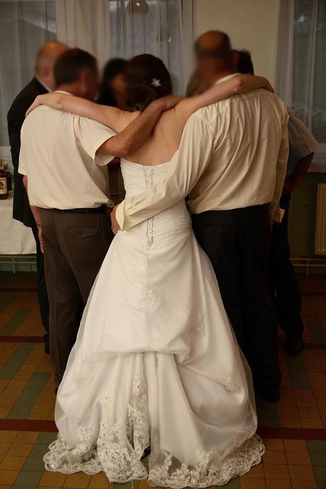 Sněhobílé korzetové svatební šaty s vlečkou 36-38, 38
