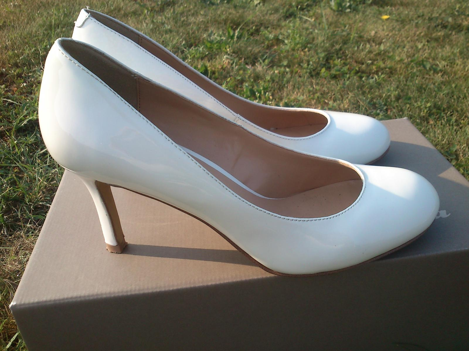 892b29b7cc Svatební bílé kožené lodičky - jednou nošené