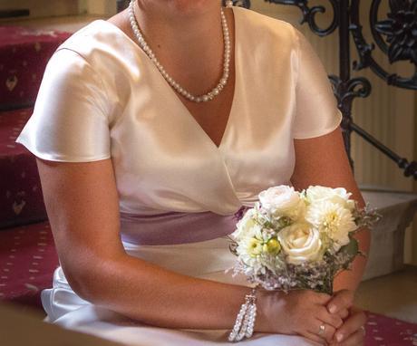Svadobné šaty s fialovým pásom a kvetom, 42