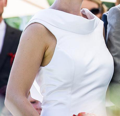 Elegantní bílé hladké saténové svatební šaty, 38