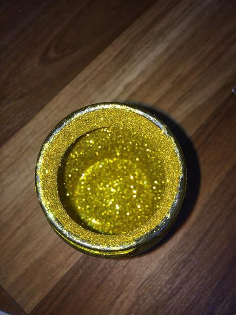Třpitky jemné - zlaté a černé,