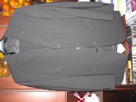 oblek s prúžkami, 42