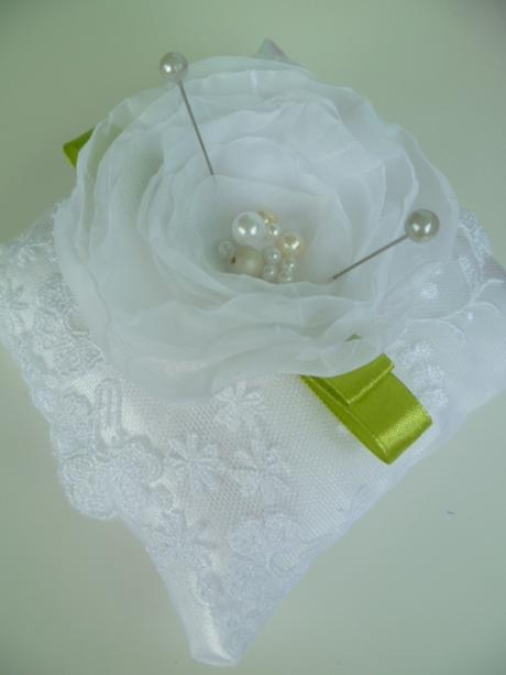 bílý polštářek pod prstýnky s krajkou a růží,