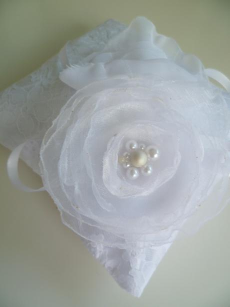 bílý polštářek pod prstýnky s krajkou,růží ,