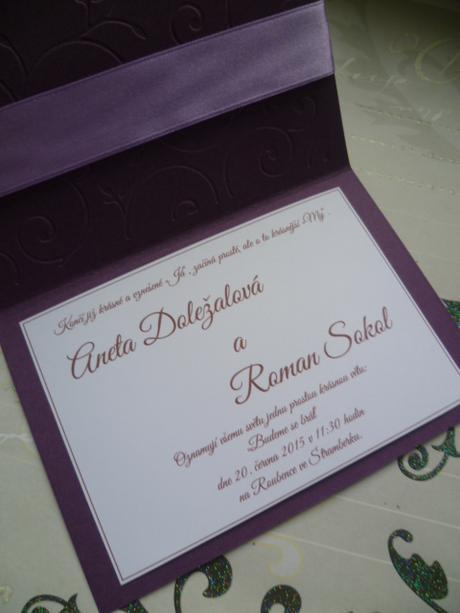 fialové svatební oznámení se spirálou a stuhou,