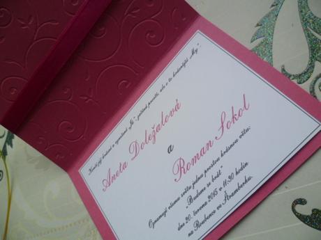 fuchsiové svatební oznámení se spirálou a stuhou,
