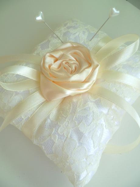 krajkový polštářek s růží,
