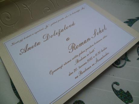 smetanové svatební oznámení se spirálou a stuhou,