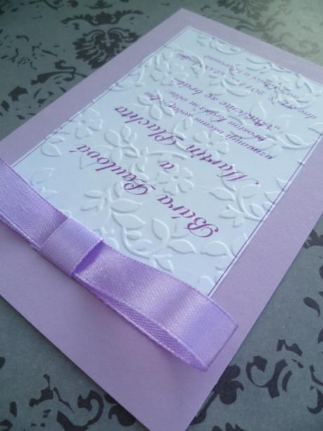 Svatební oznámení v lila barvě se vzorem,