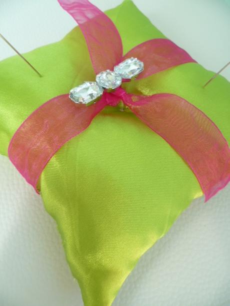 zelenofuchsiový polštářek pod prstýnky ,