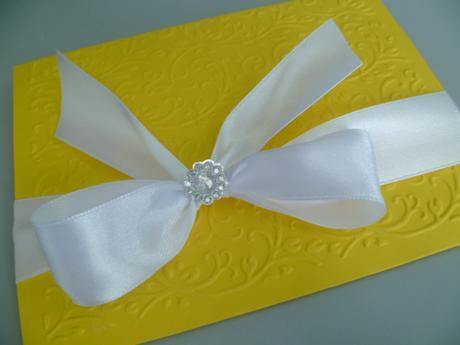 žlutobílé svatební oznámení se vzorem a stuhou,