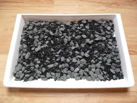 čierne dekoračné kamienky,