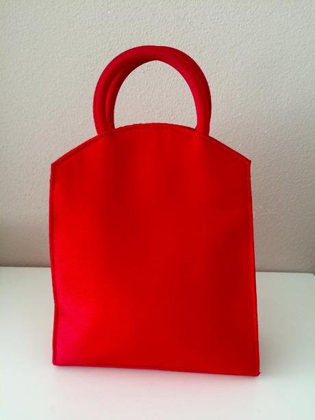 červená kabelka se srdíčkem,