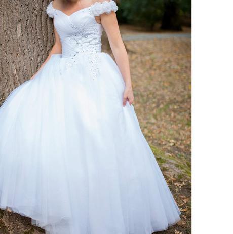 Svatební šaty se spadlými rameny a tylovou sukní , 38