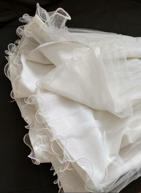 spodnice bílá s tylovým volánem,