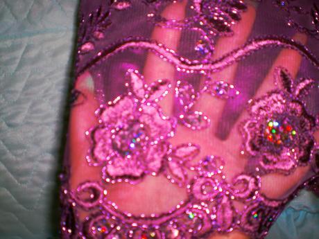 Fialové krajkové šaty, 38