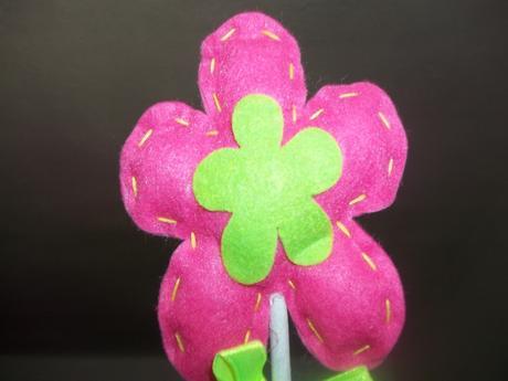 Látkové kvetiny na paličkách,