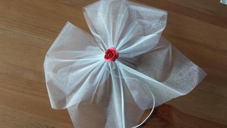 Bílá mašle na zrcátka/kliky červená květinka vel.M,