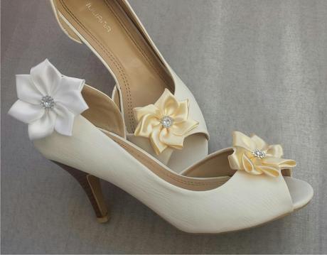 Bílé klipy na boty pro nevěstu - KANZASHI,