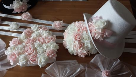 Bílý cylindr na svatební auto - růžové a bílé růže,