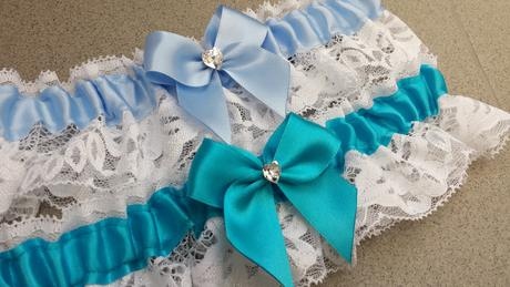 Bílý krajkový podvazek - středně modrá květinka, 44