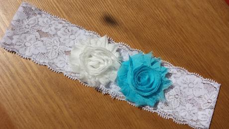 Bílý krajkový podvazek - světle modrá květinka, 42