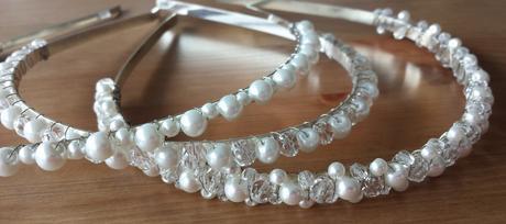 Bílý perličkový svatební hřebínek - střední,