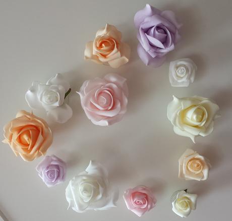 Bílý polštářek pod prstýnky-květinka růžová,