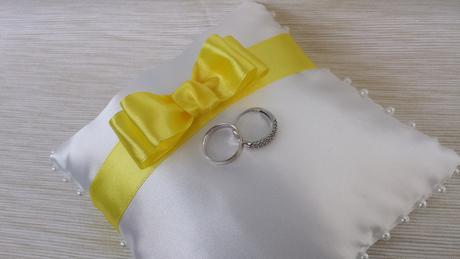 Bílý polštářek pod prstýnky s fialovou mašličkou,