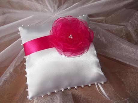 Bílý polštářek pod prstýnky s malinovou květinkou,