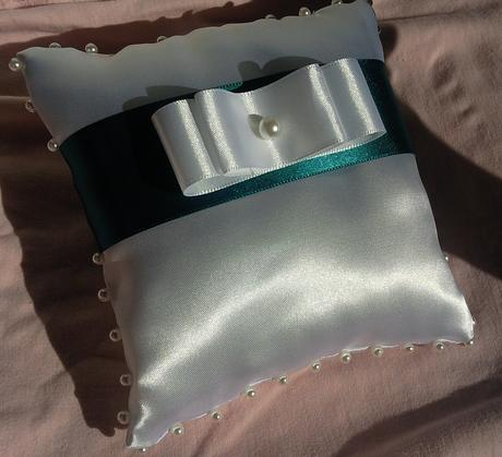 Bílý polštářek pod prstýnky s tyrkysovou mašlí,