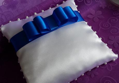 Bílý polštářek pod prstýnky s tyrkysovou mašličkou,
