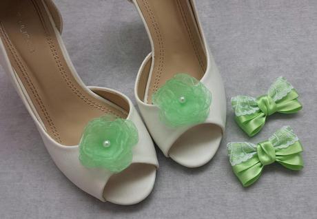 Bílý polštářek pod prstýnky se zelenkavou mašlí,