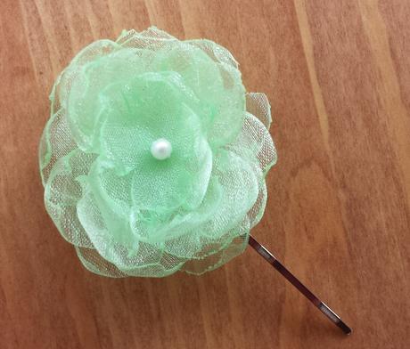 Bílý polštářek pod prstýnky se zelenou mašličkou,