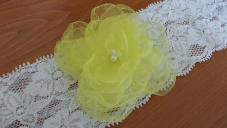 Bílý polštářek pod prstýnky se žlutou mašličkou,