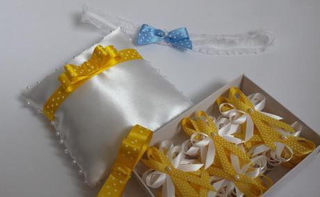 Bílý polštářek se žlutou puntíkatou mašličkou,
