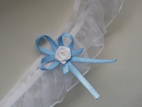 Bílý šifonovy podvazek s mašlí - modrá, 42