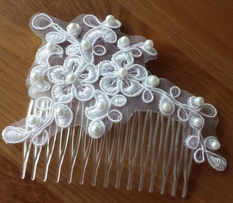 Bílý svatební hřebínek s krajkou a perličkami,