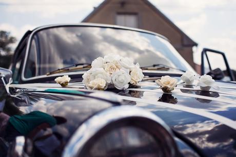 Buket na svatební auto v barvě ivory,