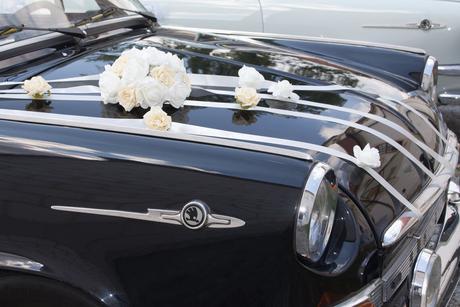 Dvojitá lila mašle na dekoraci kapoty auta,