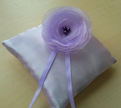 Fialový polštářek pod prstýnky obšitý perličkami,